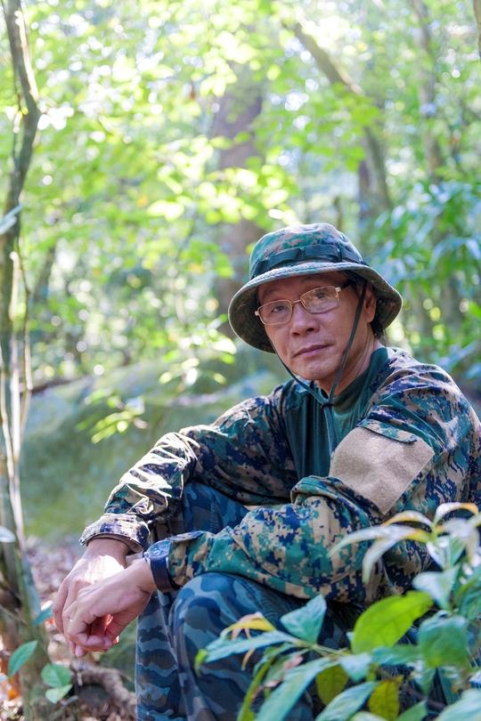 Nhiếp ảnh gia Nguyễn Trường Sinh tại rừng Sơn Trà