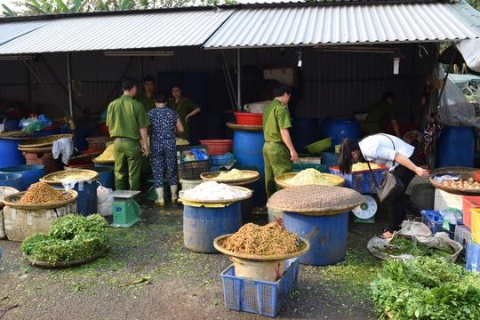 Lực lượng công an kiểm tra 2 cơ sở kinh doanh măng tại chợ đầu mối Phú Hậu