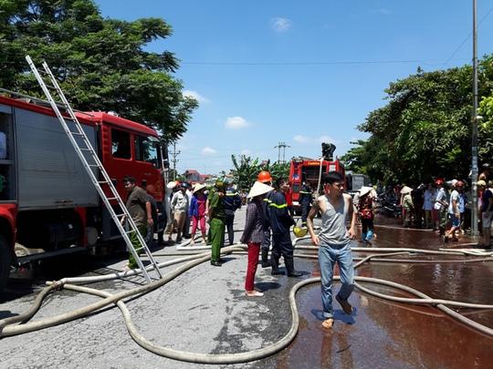 Lực lượng chức năng tiến hành chữa cháy