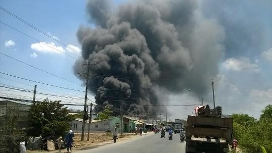 Đám cháy xưởng bao bì nhìn từ xa