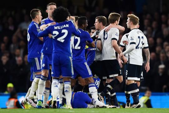 Tottenham, Chelsea run rẩy chờ án phạt nặng