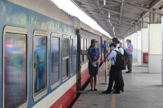 Hành khách đi tàu ngoại ô (Sài Gòn - Dĩ An) ngày 15-4
