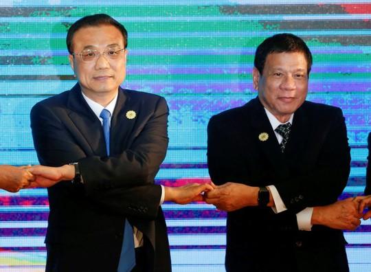 Thủ tướng Trung Quốc Lý Khắc Cường (trái) và Tổng thống Philippines Rodrigo Duterte tại một hội nghị ở Lào hôm 7-9. Ảnh: Reuters