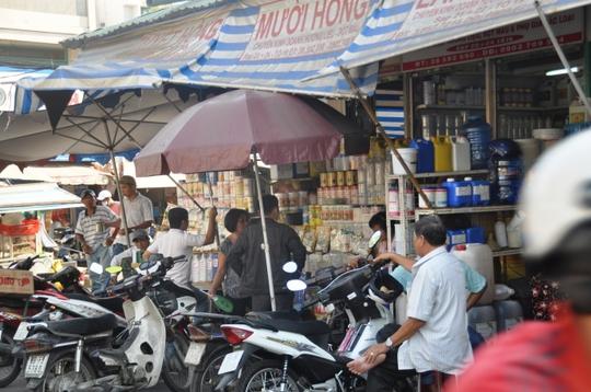 Các loại hương liệu, hóa chất công nghiệp được bán phổ biến ở chợ Kim Biên, quận 5. Ảnh: Vĩnh Phú