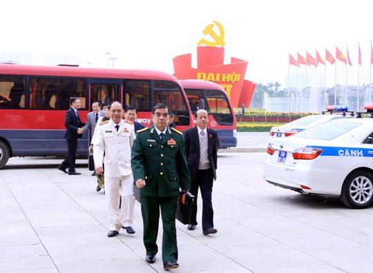 Các đại biểu dự Đại hội Đảng XII vào hội trường Trung tâm Hội nghị Quốc gia Mỹ Đình - Ảnh: TTXVN