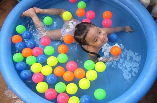 Bể bơi mini cho trẻ em hút hàng trong dịp hè. Ảnh: VietQ