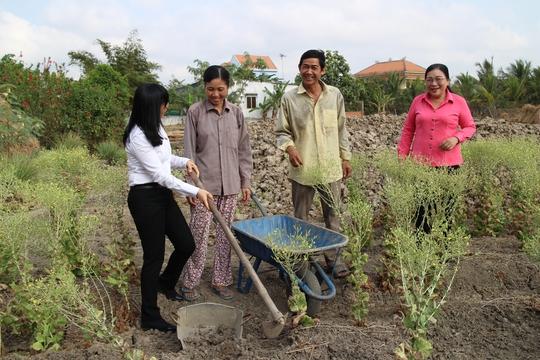 Lãnh đạo LĐLĐ TP HCM và Quỹ CEP thăm hỏi gia đình chị Trần Thị Kim Lệ và anh Phan Văn Tiếp