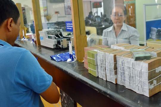 Ngân hàng Nhà nước quy định ngừng cho vay USD nên doanh nghiệp xuất khẩu phải vay tiền đồng với lãi suất cao hơn Ảnh: Tấn Thạnh