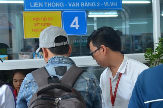 Thí sinh nộp hồ sơ thi liên thông tại một trường ĐH ở TP HCM Ảnh: Tấn Thạnh