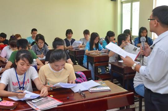 Sinh viên học ngành tiếng Anh năm cuối của các trường sư phạm có thể tham gia hỗ trợ các trường tiểu học trong việc giảng dạy tiếng Anh Ảnh: TẤN THẠNH