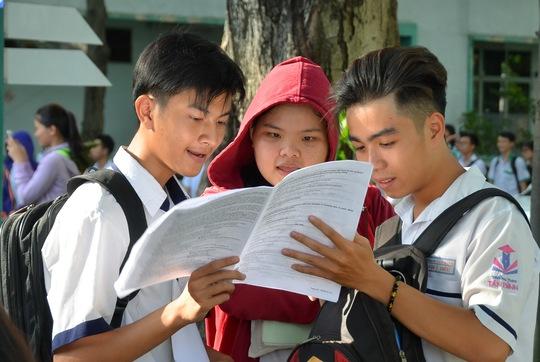 Thí sinh trao đổi về đề thi môn ngoại ngữ tại cụm thi Trường ĐH Bách khoa TP HCM Ảnh: Tấn Thạnh