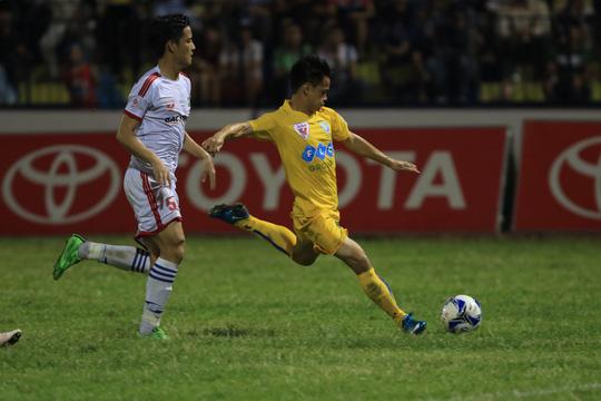 Đình Tùng (phải) của FLC Thanh Hóa trong trận hòa SLNA 2-2 ở lượt trước Ảnh: Hải Anh