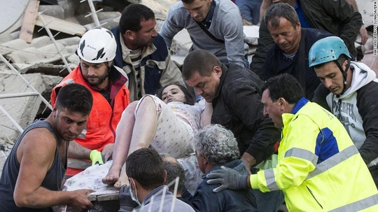 Một phụ nữ được cứu sau trận động đất ở thị trấn Amatrice hôm 24-8Ảnh: EPA