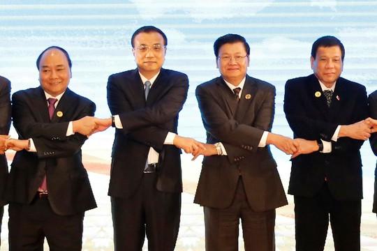 Thủ tướng Nguyễn Xuân Phúc (bìa trái) tại Hội nghị Cấp cao ASEAN - Trung Quốc hôm 7-9 Ảnh: Reuters