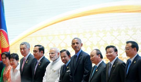Thủ tướng Nguyễn Xuân Phúc (thứ 3 từ phải sang) tại Hội nghị Cấp cao Đông Á hôm 8-9 Ảnh: Reuters