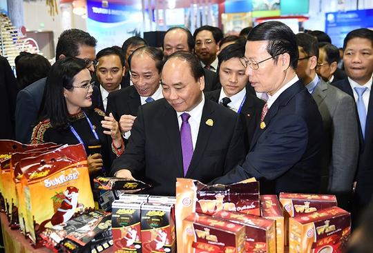 Thủ tướng Nguyễn Xuân Phúc giới thiệu với Phó Thủ tướng Trung Quốc Trương Cao Lệ về sản phẩm cà phê của Việt Nam Ảnh: VGP