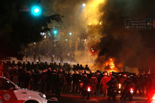 Cảnh sát chống bạo động đụng độ với người ủng hộ cựu tổng thống Brazil Dilma Rousseff tại TP Sao Paulo Ảnh: REUTERS