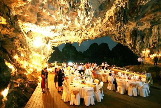 Tổ chức tiệc tùng trong hang động tại vịnh Hạ LongẢnh: TRỌNG ĐỨC