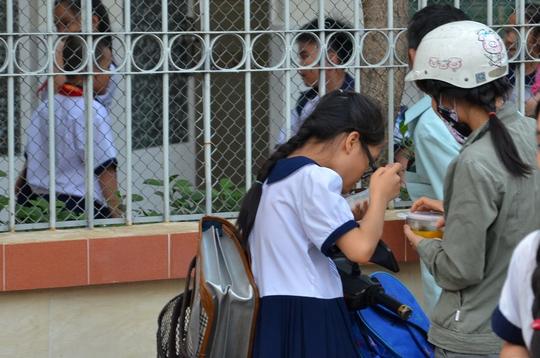 Học sinh ở TP HCM ăn vội để kịp đến lớp học khác sau giờ học chính khóa Ảnh: TẤN THẠNH