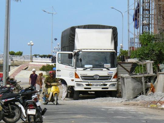 Xe tải và công nhân vẫn hoạt động tại công trình Mường Thanh Khánh Hòa bất chấp việc đình chỉ thi công
