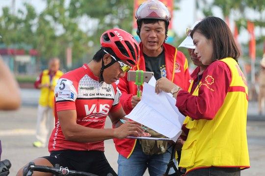 Một nữ trọng tài cho VĐV ký tên trước giờ thi đấu