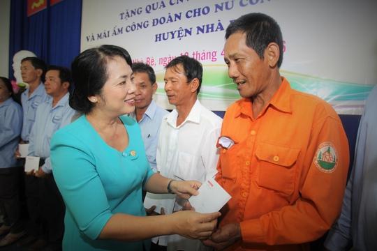 Bà Trần Kim Yến, Chủ tịch LĐLĐ TP HCM, trao quà cho CNVC - LĐ khó khăn. Ảnh: Hoàng Triều
