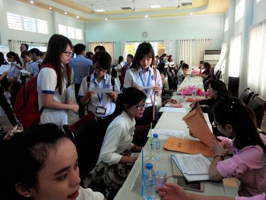 Lao động trẻ tìm việc tại ngày hội việc làm do một trường đại học ở TP HCM tổ chức Ảnh: HỒNG VÂN
