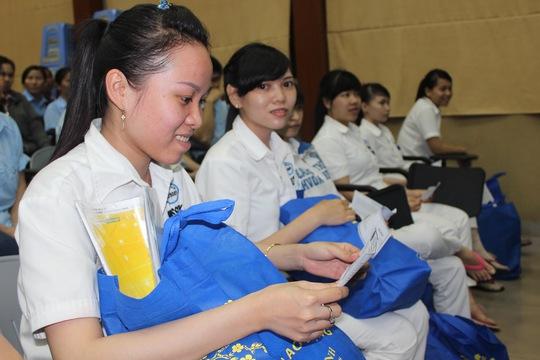 Công nhân vui mừng khi nhận được tấm vé nghĩa tình từ tổ chức Công đoàn TP Ảnh: THANH NGA