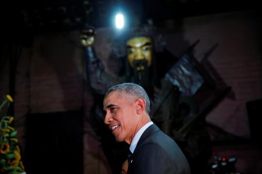 Tổng thống Obama trong chùa. Ảnh: Reuters