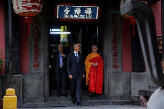 Tổng thống Obama rời chùa. Ảnh: Reuters