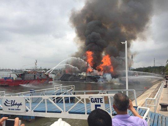 Lực lượng PCCC phun nước dập lửa trên con tàu đang bốc cháy dữ dội