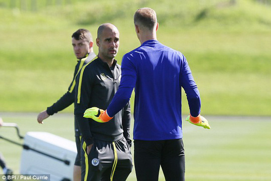 Cả hai tranh cãi ngay trên sân tập, thái độ của Pep Guardiola rất giận dữ