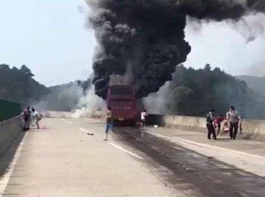 Xe buýt bốc cháy dữ dội. Ảnh: Twitter