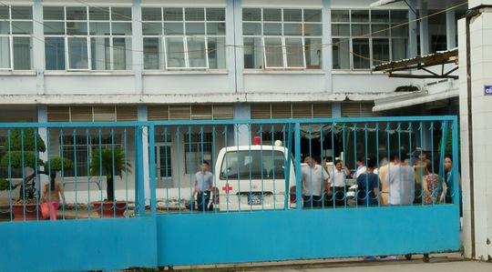 Cổng chính của Bệnh viện Đa khoa huyện Vĩnh Thuận đã được đóng chặt vào chiều cùng ngày để các lực lượng chức năng tiến hành khám nghiệm tử thi đối với phạm nhân Nguyên.