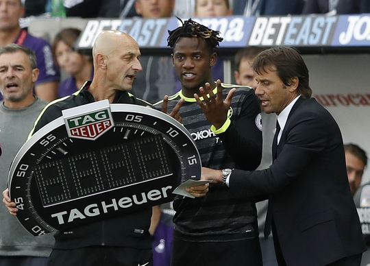 HLV Antonio Conte phàn nàn với trọng tài
