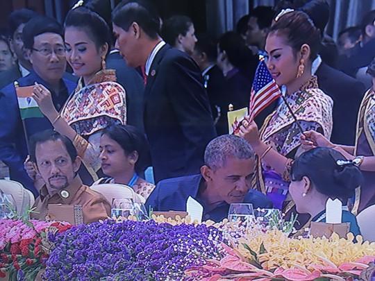Tổng thống Obama không ngồi gần ông Duterte. Ảnh: Twitter