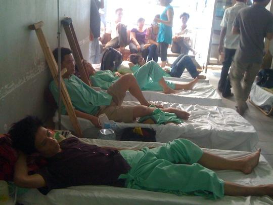 Quá tải bệnh viện khiến bệnh nhân chấn thương chỉnh hình phải nằm ngoài hành lang