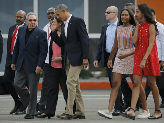 Ông Castro tiễn gia đình ông Obama. Ảnh: Reuters