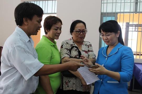 Bà Đinh Thị Thái Hiền, Trưởng Ban Tổ chức LĐLĐ TP HCM (bìa phải) trò chuyện cùng cử tri quận Tân Phú, TP HCM Ảnh: Hồng Đào