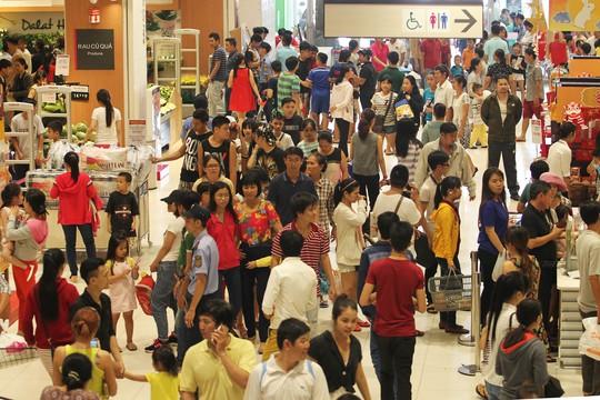 Các trung tâm thương mại là điểm đến lý tưởng của đông đảo người dân TP HCM trong dịp nghỉ lễ, bởi vừa có thể thoải mái mua sắm, ăn uống vừa có thể tránh nóng.