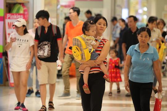 Đến trưa, tại Aeon Mall Tân Phú có rất đông người
