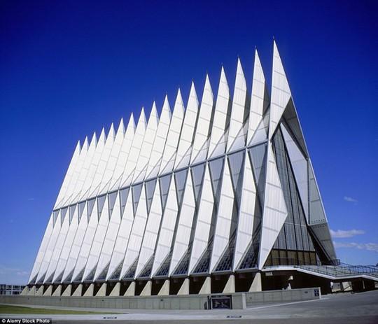 Barry Goldwater, Học viện Không quân Mỹ:Với những chóp hình tam giác làm bằng nhôm dùng cho các máy bay phản lực, nhà nguyện hoàn thành vào năm 1963. Theo Wall Street Journal, mỗi năm có hàng trăm nghìn du khách đến để thăm quan nhà nguyện này. Nơi đây có các phòng cầu nguyện dành cho cả đạo Tin Lành, Công Giáo, Do Thái và đạo Phật.