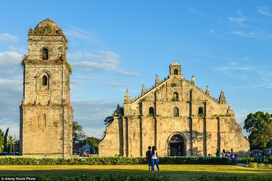 Saint Augustine, Philippines: Nhà thờ được xây dựng theo phong cách Baroque Tây Ban Nha. Trần nhà thờ là thạch cao, còn các vách tường là hỗn hợp của cát, vôi, nước mía, lá xoài, da và rơm rạ. Nhà thờ có đến 24 trụ tường để chống động đất.
