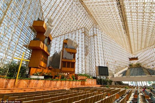 Christ Cathedral, Mỹ: Không gian nhà thờ tràn ngập ánh sáng nhờ mạng lưới kính, thủy tinh được thiết kế rất phức tạp khi nhìn từ bên trong. Nó còn có tên gọi khác là nhà thờ Kính.