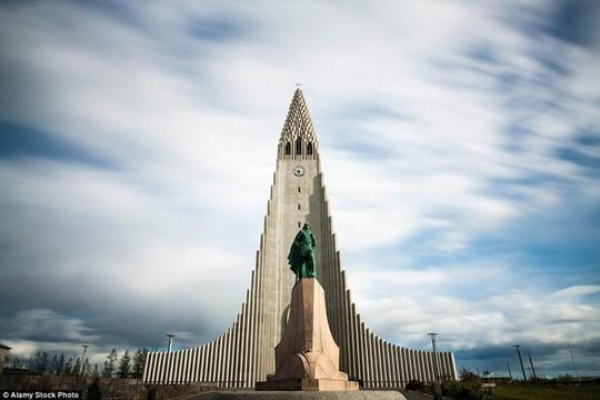 Hallgrimur, Iceland: Đây là thờ lớn nhất của Iceland và cũng là tòa nhà cao nhất nước. Thiết kế độc đáo của nó dựa trên những cảnh quan thiên nhiên của Iceland bao gồm ngọn núi lửa, tảng băng trôi và đất đá bazan.