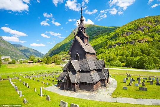 Nhà thờ Borgund, Na Uy là nhà thờ Công giáo được xây hoàn toàn bằng gỗ khoảng những năm 1180 và được cải tạo vào năm 1250.
