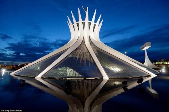 Brasilia, Brazil;Trần nhà được trang trí bằng kính màu, cho phép ánh sáng tràn vào nhà thờ. Nơi này có đến hàng triệu du khách mỗi năm và là điểm đến thu hút nhất ở thủ đô của Brazil.
