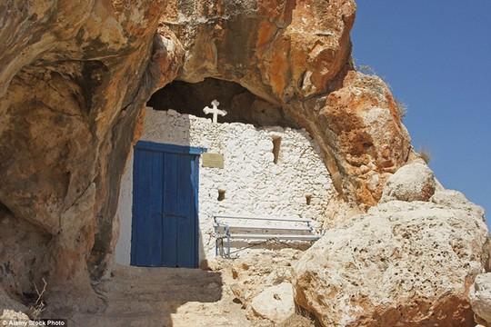 Agioi Saranta, Cyprups: Đằng sau một bức tường trắng đơn giản và cửa màu xanh là nhà thờ Agioi Saranta. Nhà thờ trong hang động này đã có từ một nghìn năm trước.