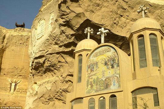 St Samaan El Kharaz, Ai Cập: Nhà thờ được xây dựng ẩn trong lòng vách đá. Đây là một trong những địa điểm du lịch nổi tiếng của Ai Cập. Người dân địa phương còn kiếm sống bằng việc thu thập rác khách du lịch để lại trong nhà thờ.