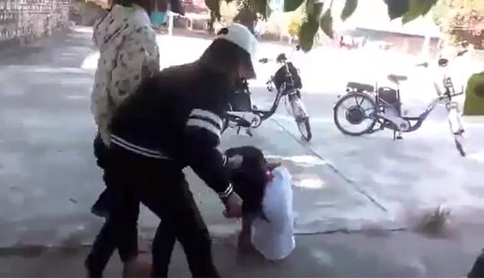 Trong clip, nữ sinh bị đánh luôn miệng kêu oan, nhưng 3 đàn chị không buông tha